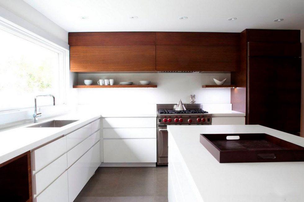 Дерево - согревающий элемент в обстановке светлой кухни