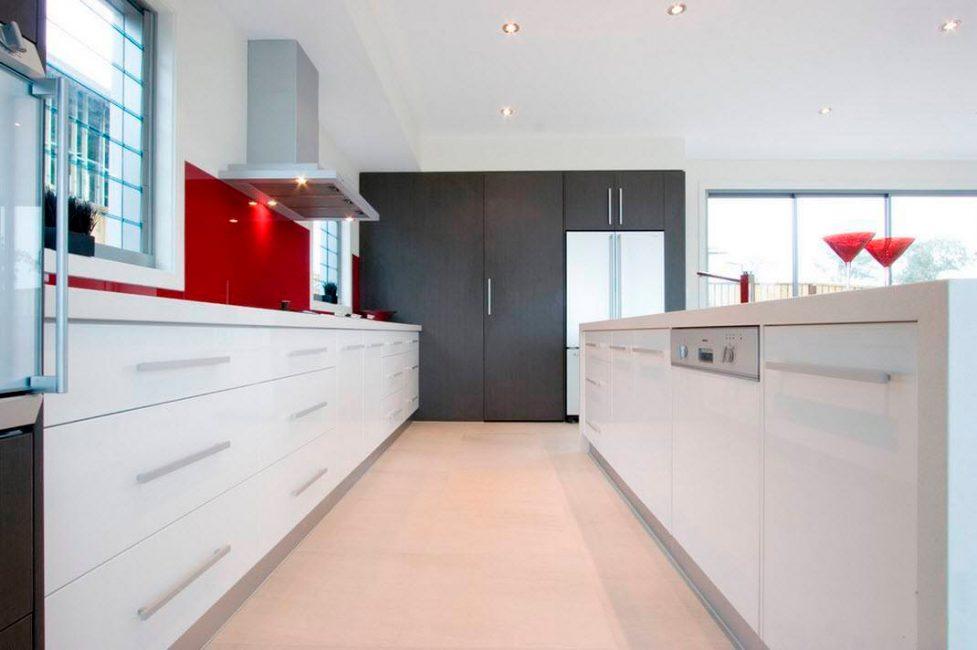 Глянцевыми фасадами и металлическими элементами, красный делает интерьер более выразительным