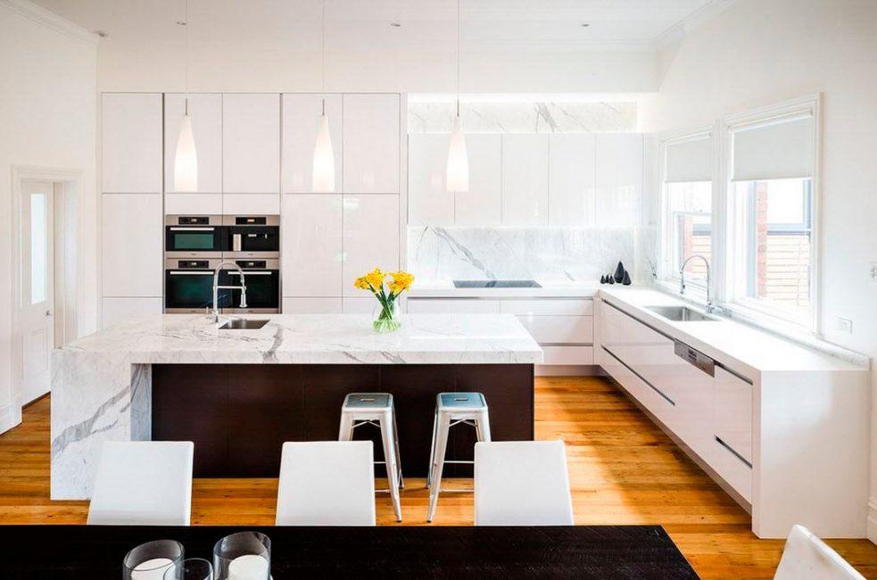 Деревянный паркет на кухне? Специальное покрытие, защищающее поверхность от влаги и загрязнений