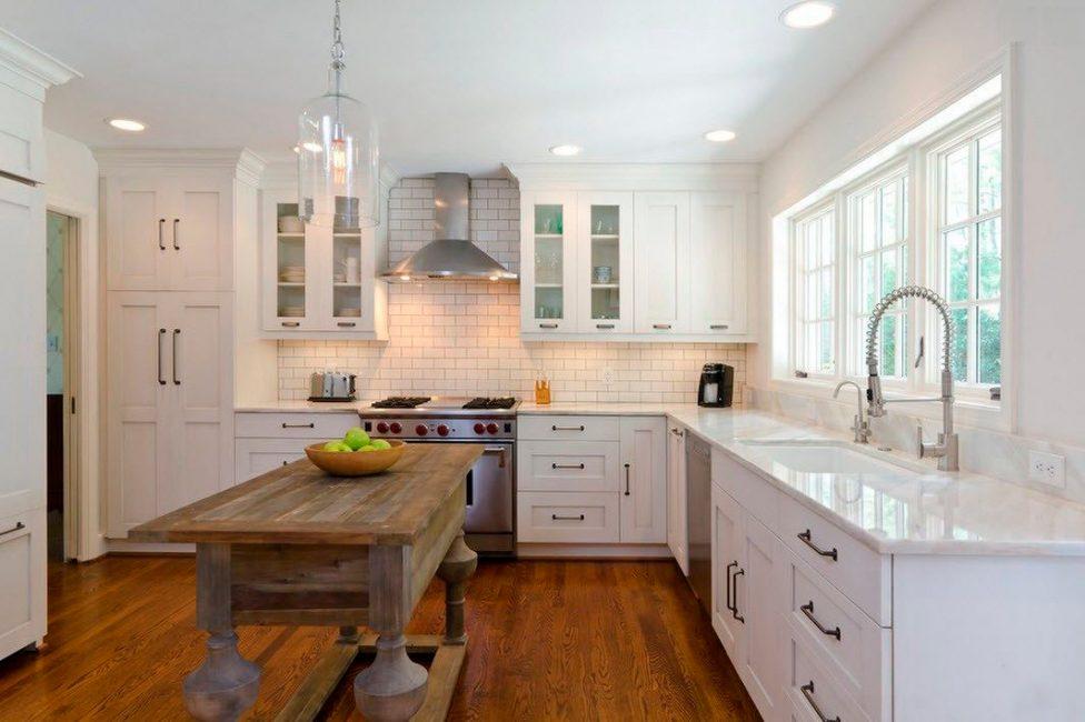Стол на кухне, место где вся семья собирается за трапезой, подбирается по вашем предпочтениям