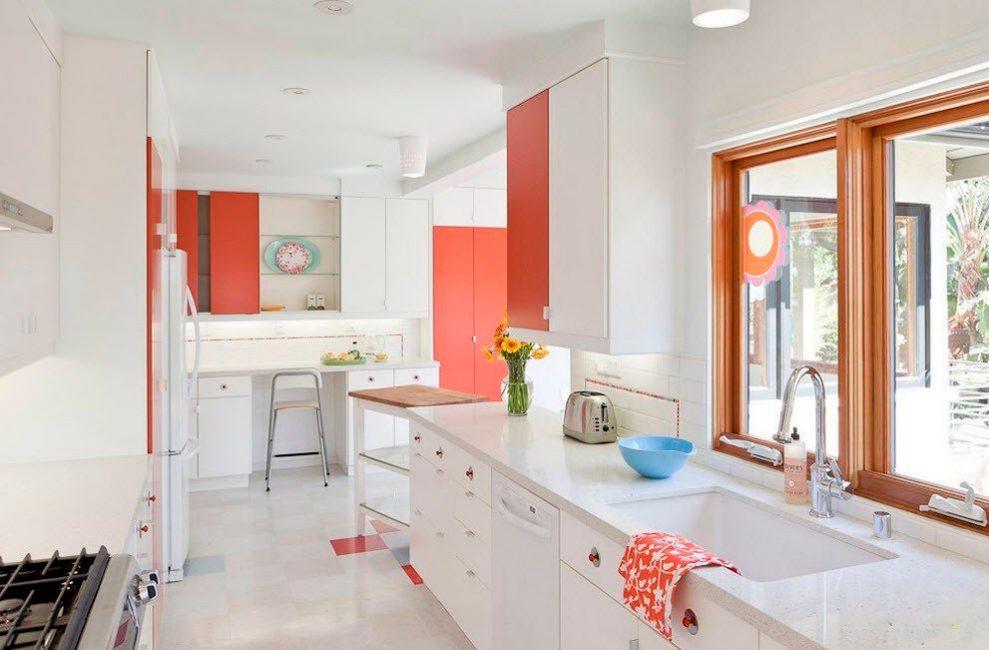 Одинаковую фурнитуру в коридоре, гостиной и кухне выгодно использовать в небольшой квартире