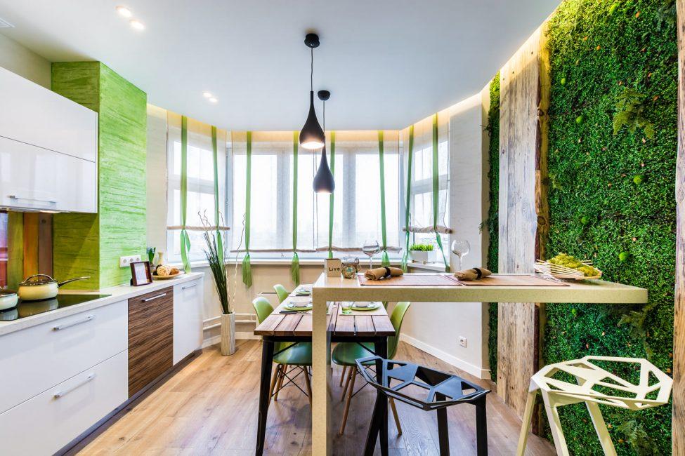 Деревянная мебель и живая стена из растений - это эко стиль
