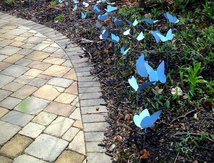 Украшайте клумбы бабочками из пластиковых бутылок