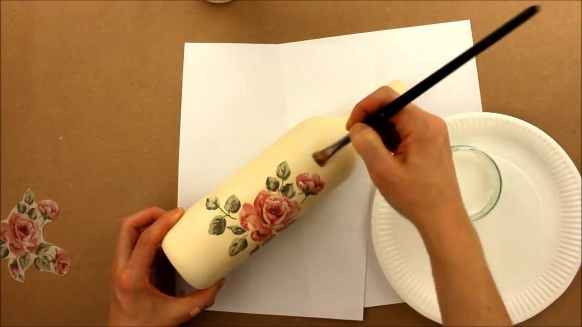 Приклеенный кусочек салфетки аккуратно разглаживаем валиком или кистью