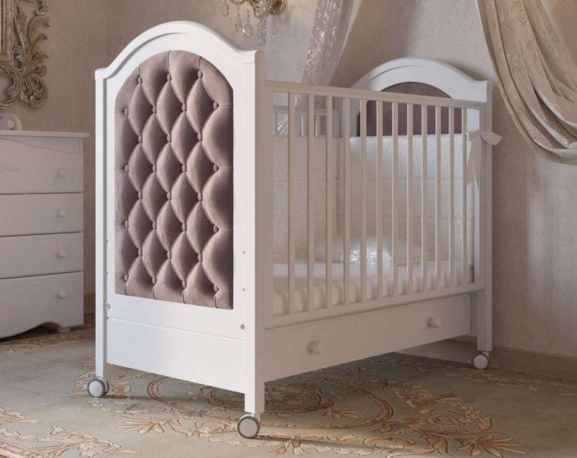 Не стоит использовать для детей старше года кровать на колесиках