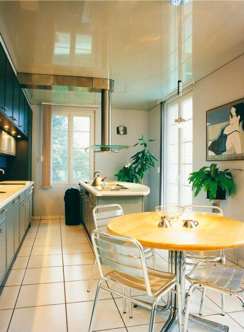 Грамотно оформленная компактная кухня выглядит стильно