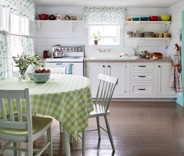 Для небольшой кухни не подходят классические тяжелые шторы
