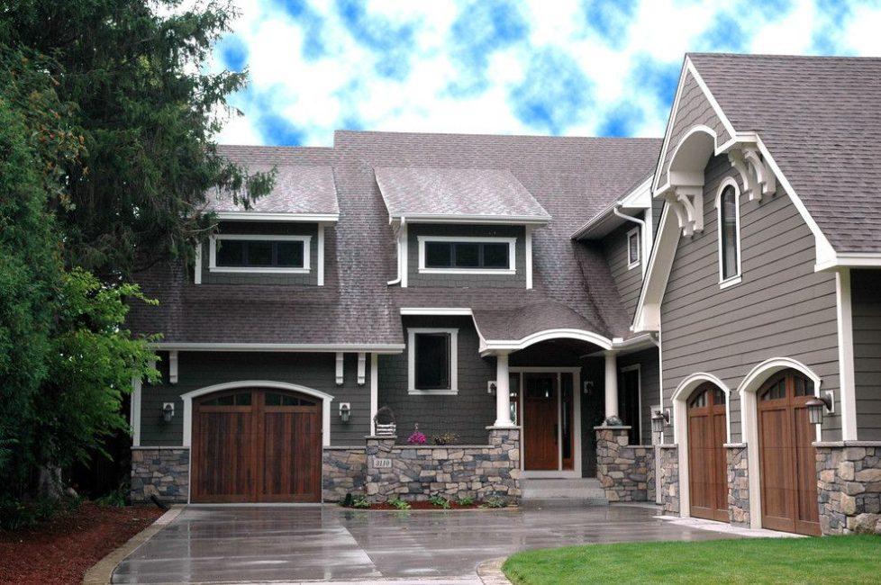 Дом, совмещенный с гаражом, экономит место на небольших участках