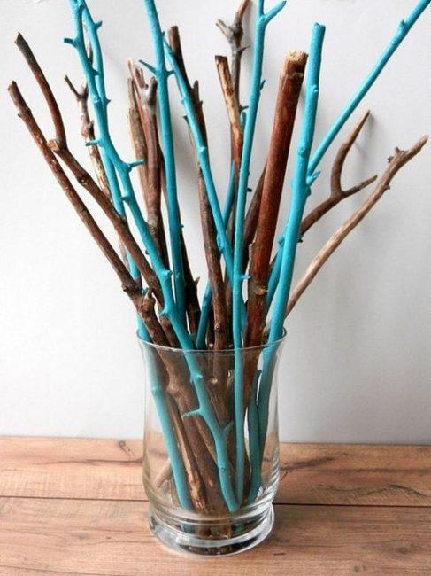 Покрасьте ветки в цвета, что выделяются на фоне вашей комнаты