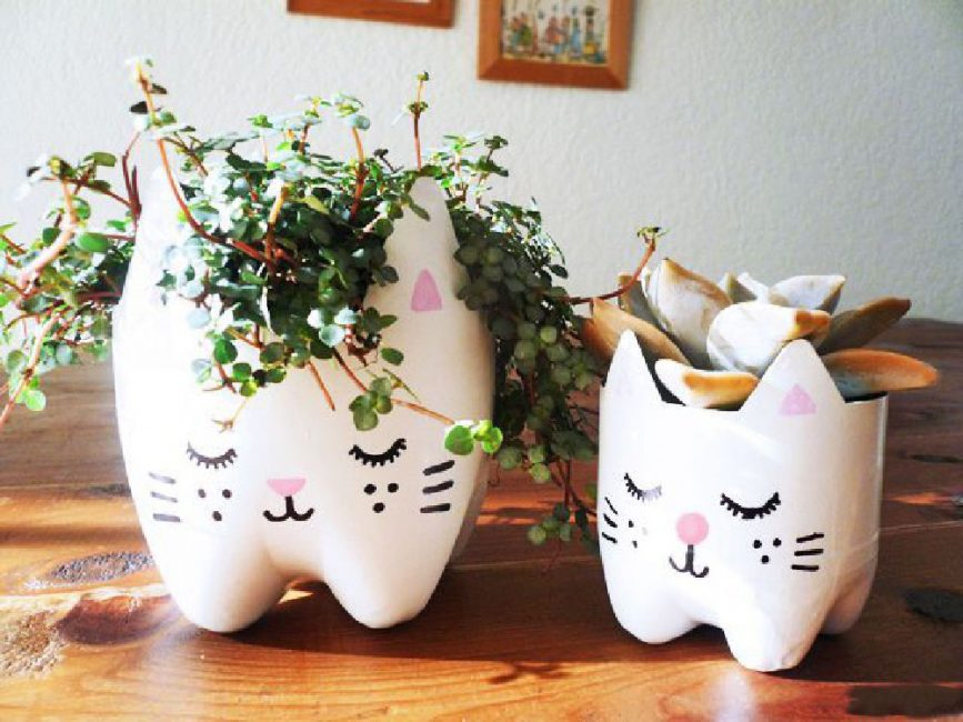 Сделайте комплект - кошка и котенок из бутылок разного размера