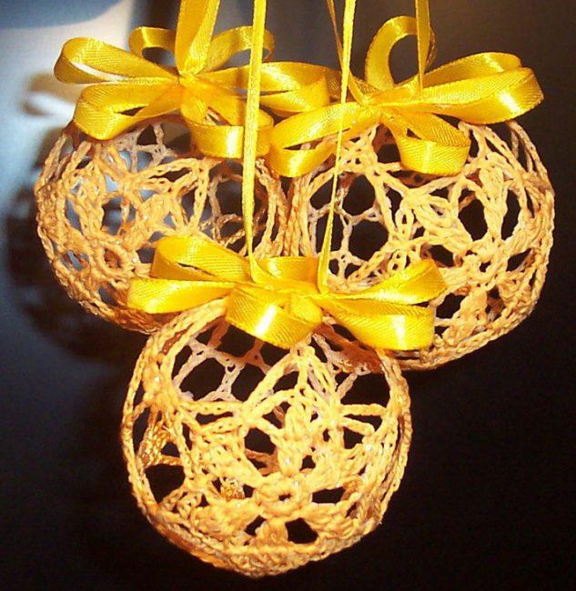 Прекрасная композиция из шаров для елки