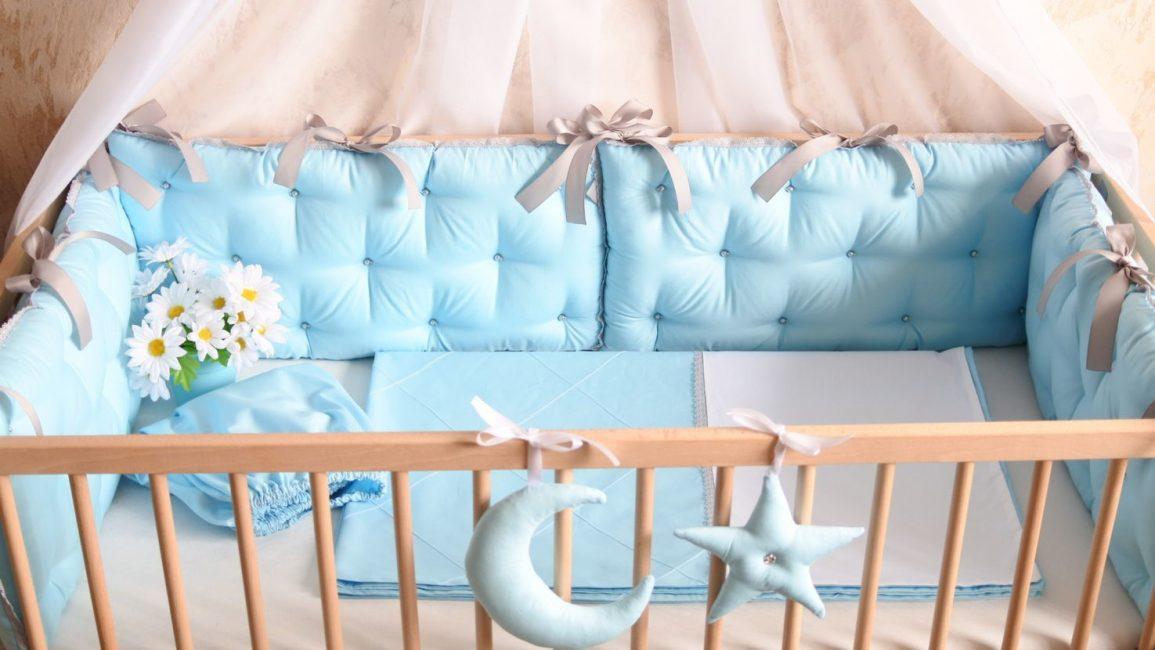 Украшение кроватки различными аксессуарами