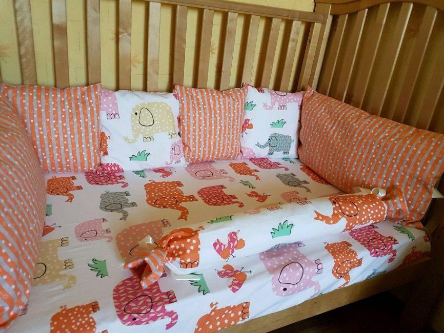 Оранжевые цвета в кроватке ребенка