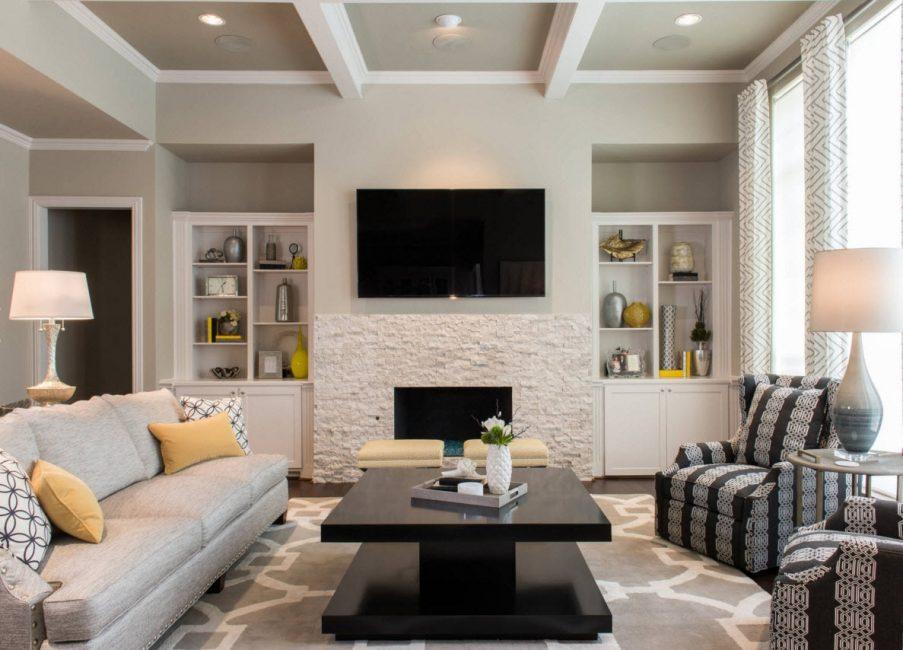 Выбор полок в тон стены сделает маленькое помещение просторнее
