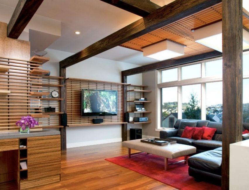 Оригинальное оформление стены из дерева под телевизор