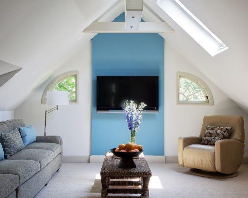 Яркая панель для создания цветового акцента в комнате