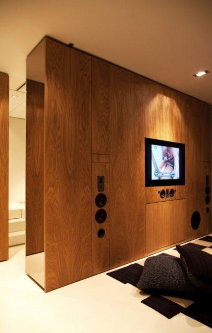 Деревянная панель для телевизора делит комнату на разные зоны