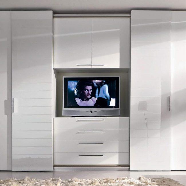 Вы сможете сэкономить пространство разместив в шкаф для хранения вещей телевизор