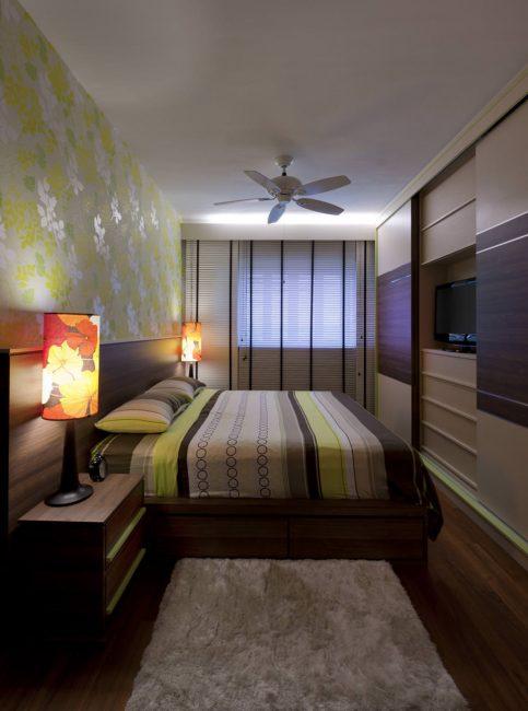 Интерьер узкой и длинной спальни