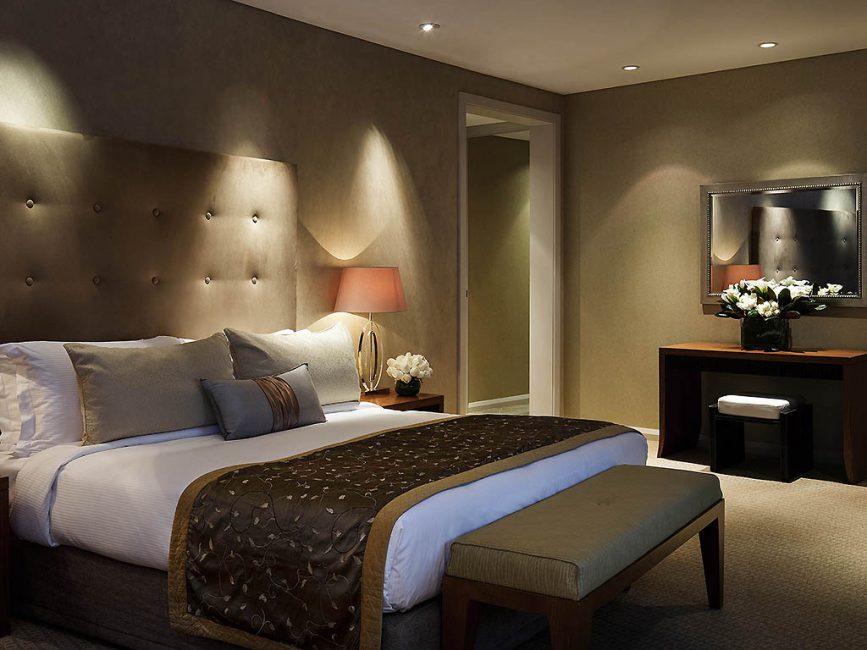 Большая спальня с нужной мебелью