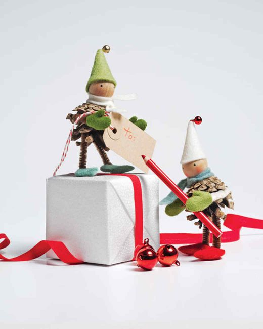 Помощников Санты можно разместить рядом с подарками