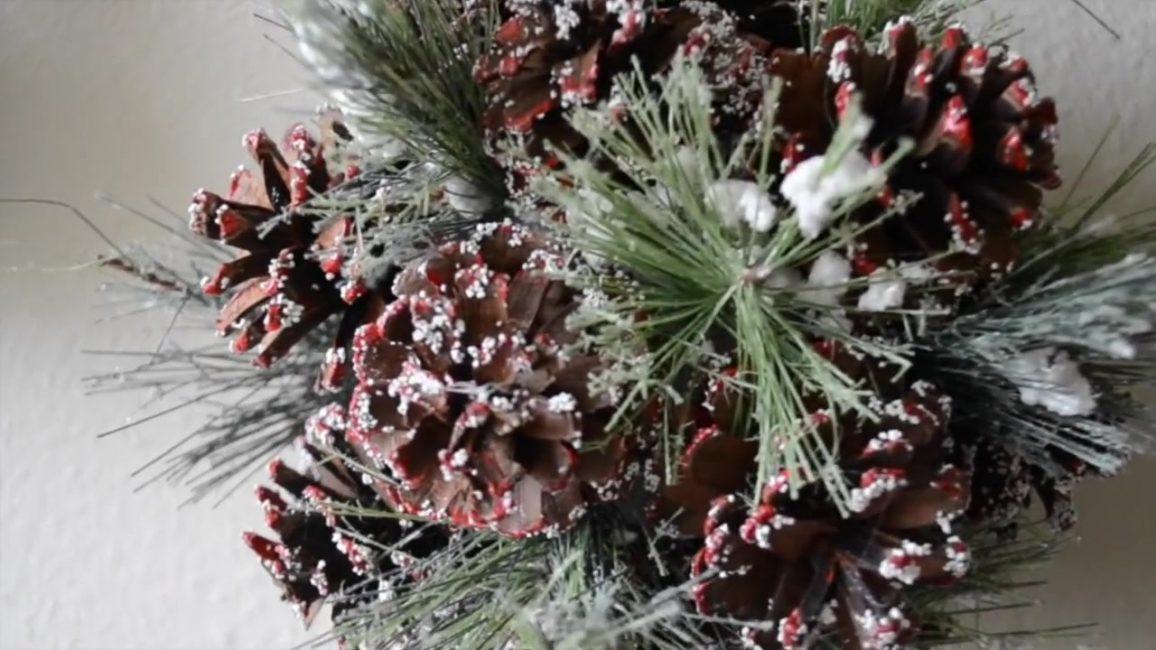 Украсьте шар елкой и искусственным снегом