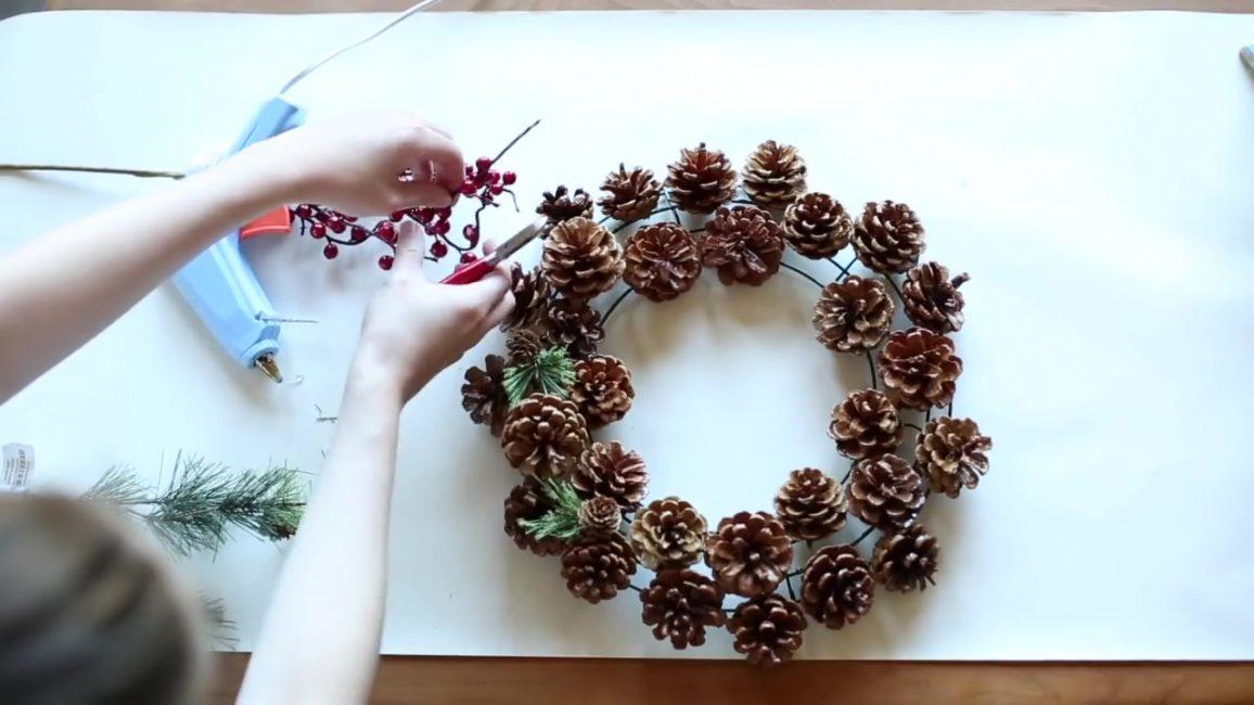 Украсьте венок ягодами и хвоей