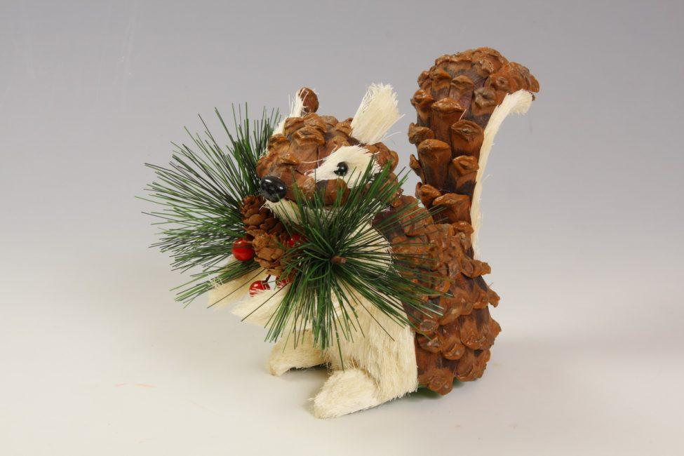 Используйте разные украшения новогодней елки и сделайте её более оригинальной