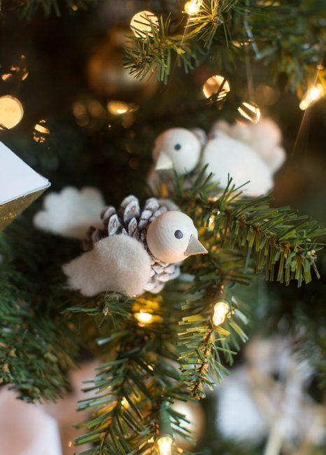 Птички на ветки елки