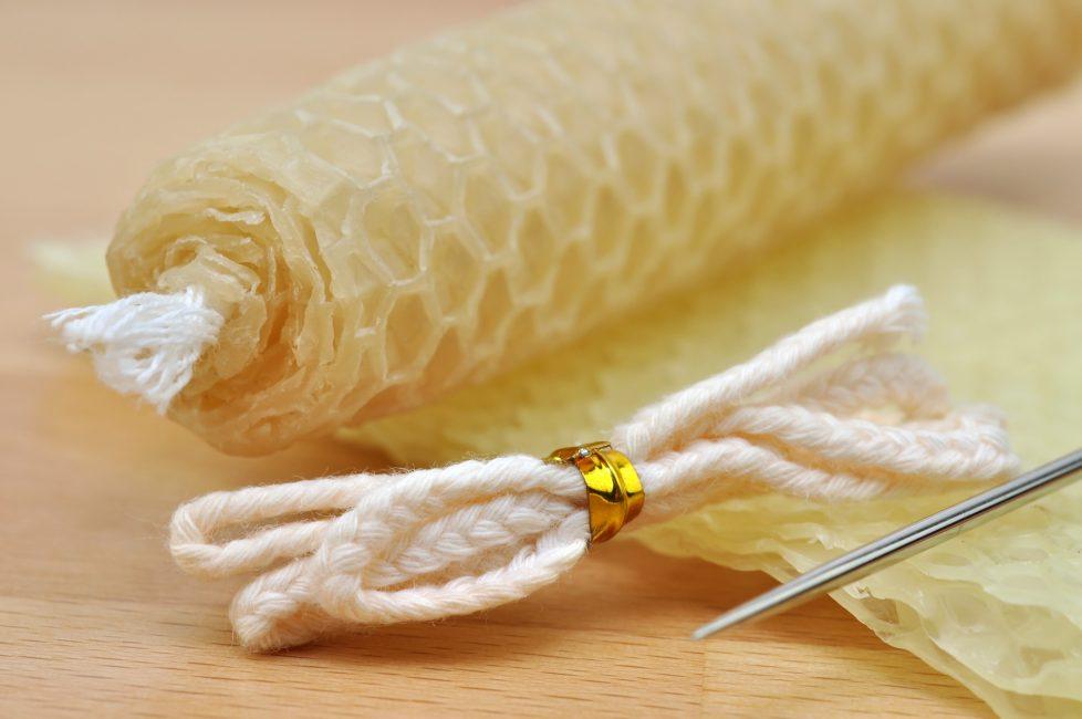 Свечи из пчелиного воска имеет естественный золотой цвет и тонкий сладкий аромат