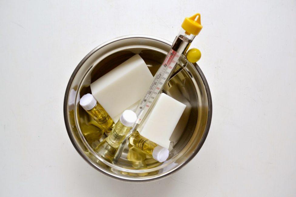 Для создания необходимы воск, фитиль, ароматические масла, форма, аксессуары
