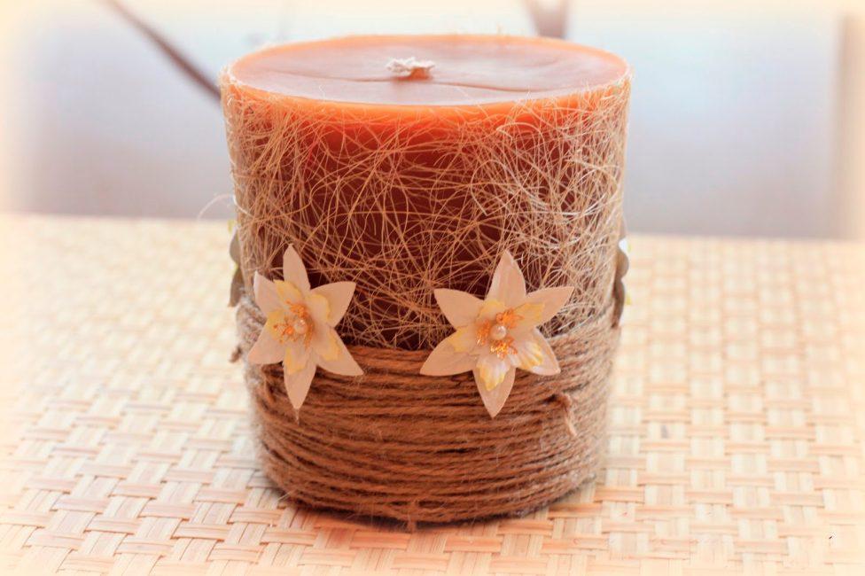 Украсьте готовую свечу веревкой и цветами