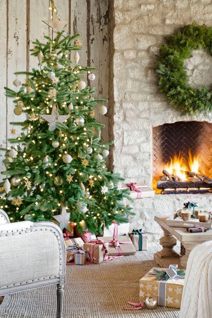 Главным символом праздника остается елка