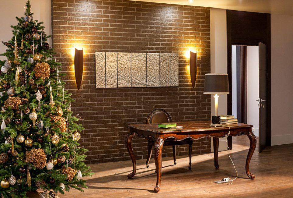 """Искусственная или """"живая"""" ёлка - традиционно центральный элемент новогоднего офиса"""