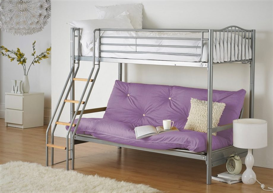 Металлическая кровать-диван в интерьере