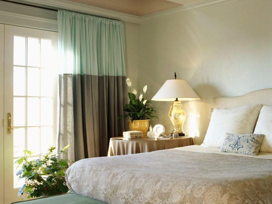 Нежный спатифиллум в атмосфере спальни
