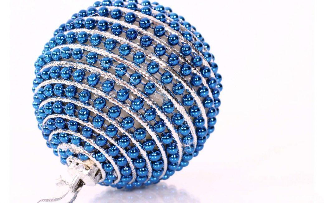 Шарик из синих бусин