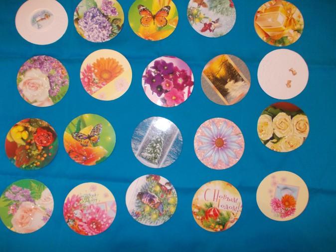 Из красивых картонных открыток вырезаем кружки