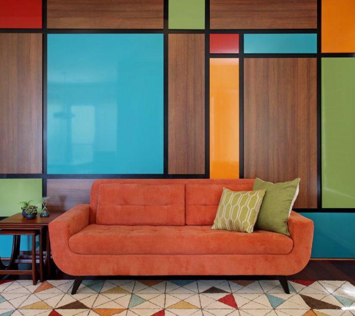 Внесите яркие краски даже при отделке стен панелями