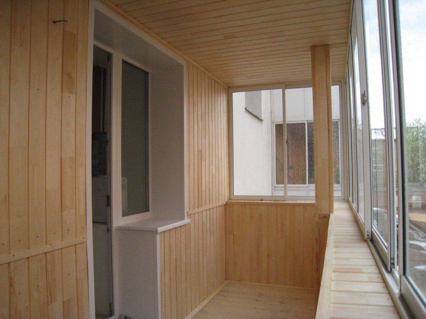 Облицовка потолка панелями на балконе