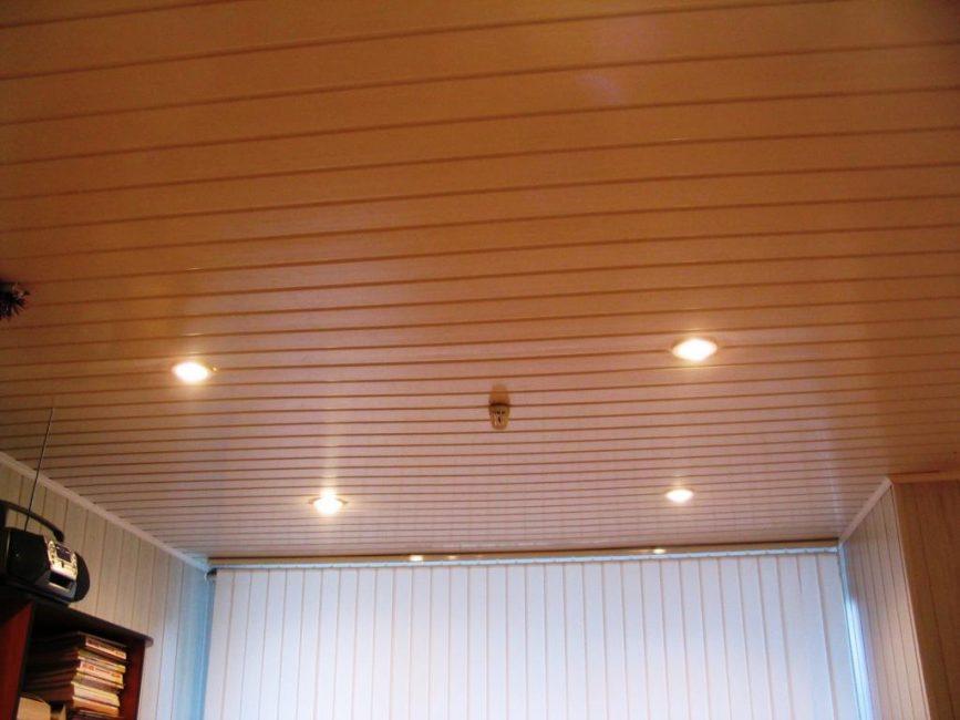 Реечные панели на потолке