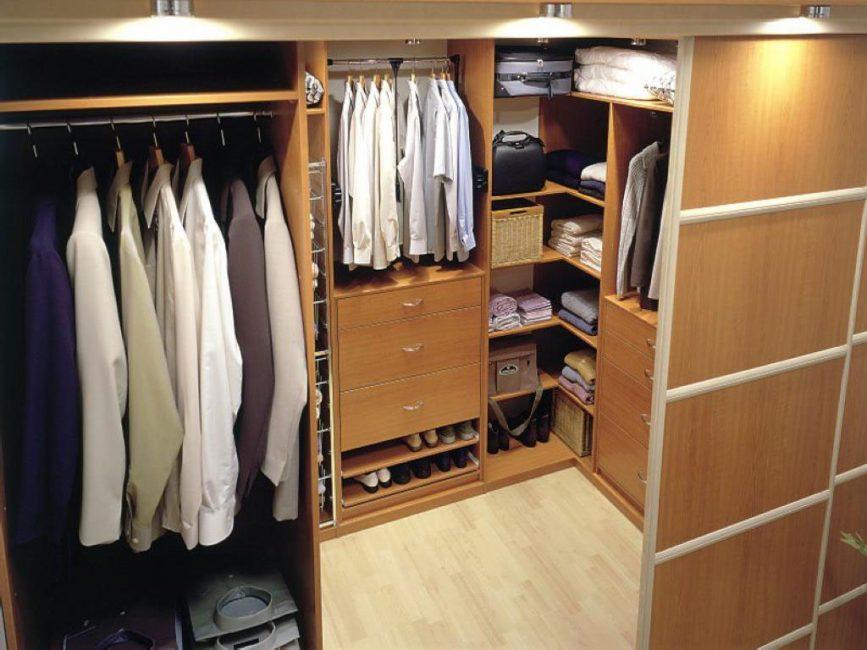 Обустройте кладовку под гардеробную
