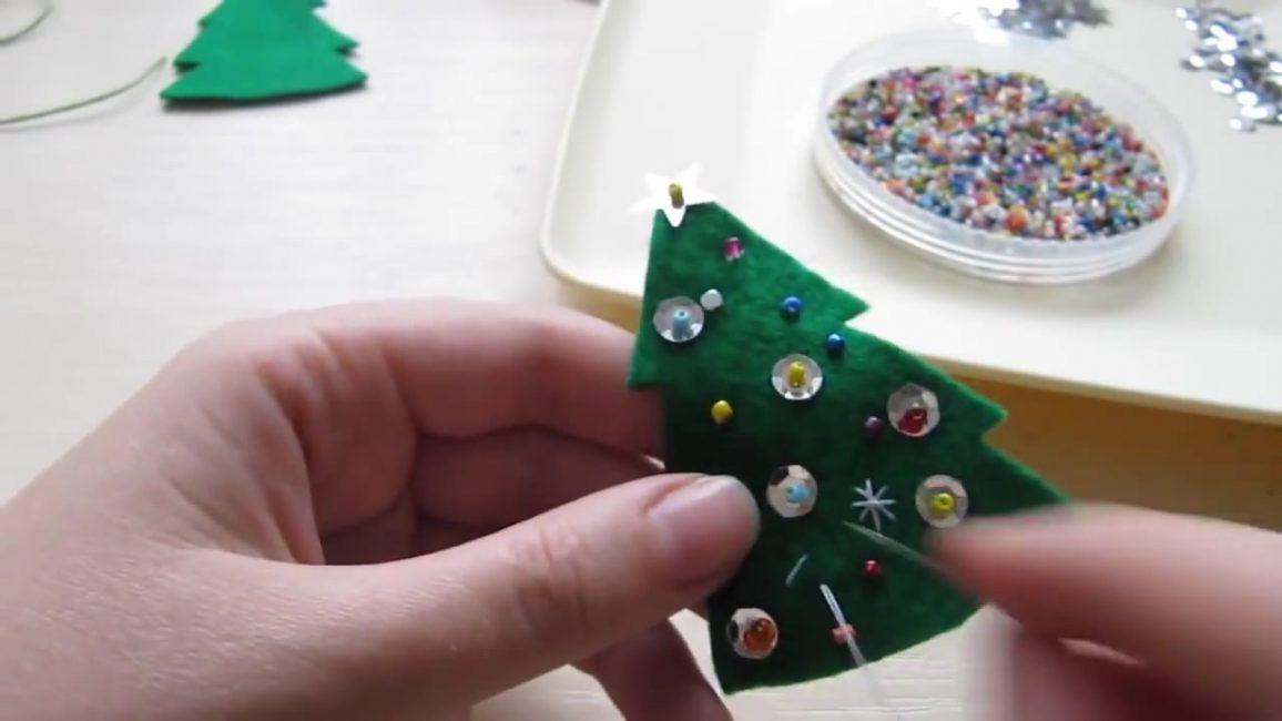Украсьте пайетками переднюю часть игрушки