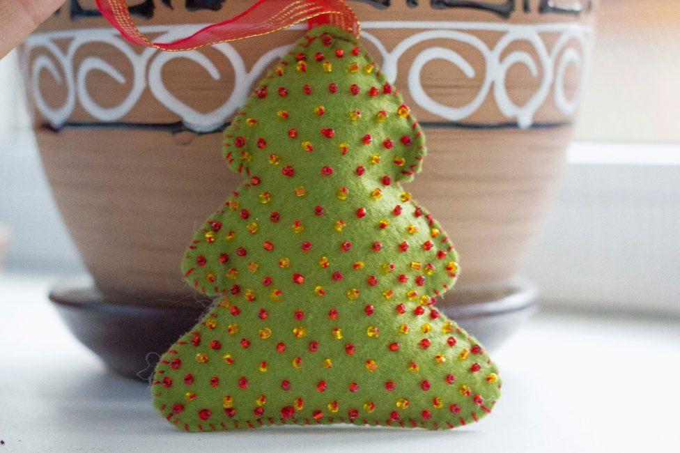 Мягкая и красивая игрушка в виде елки из фетра