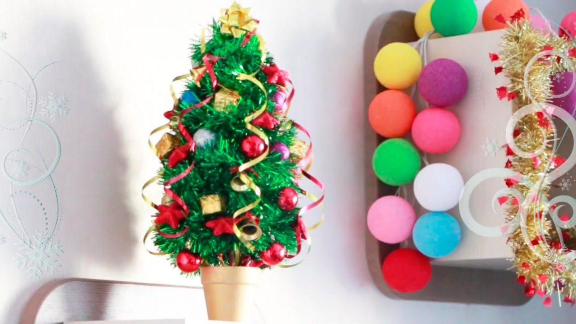 Компактная новогодняя елка для домашнего интерьера