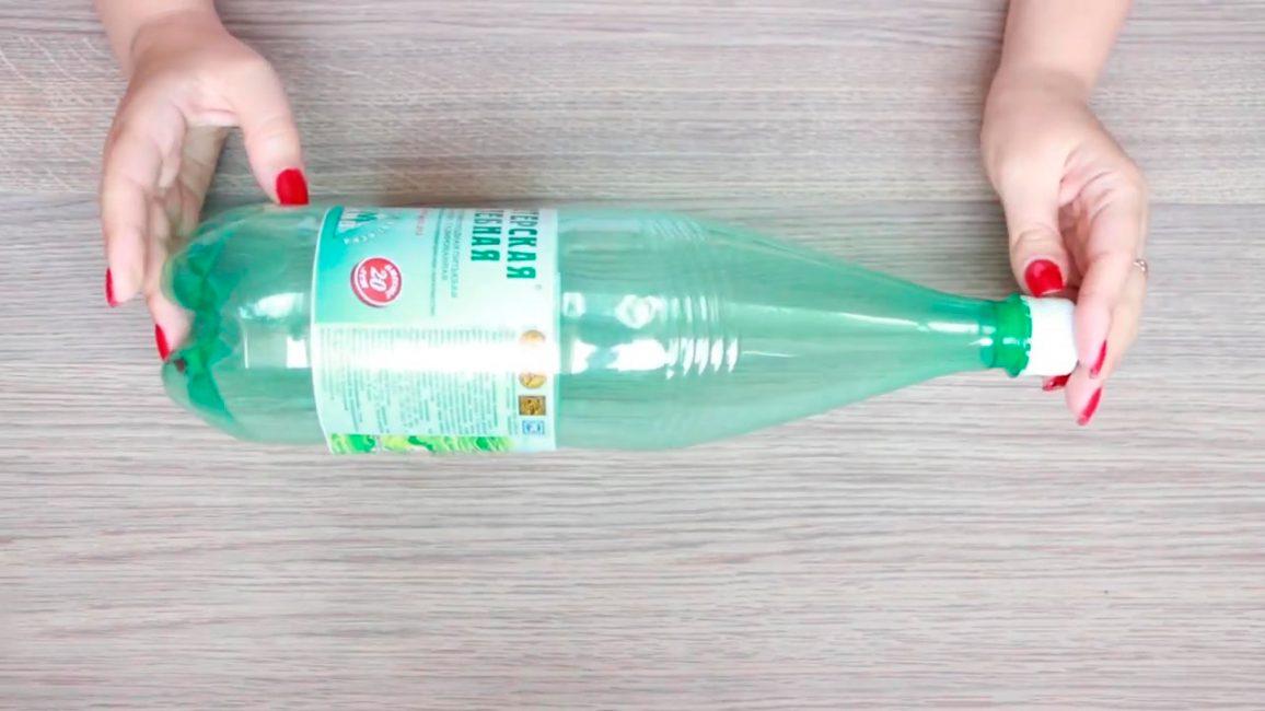 Для основания отлично подойдет пластиковая бутылка