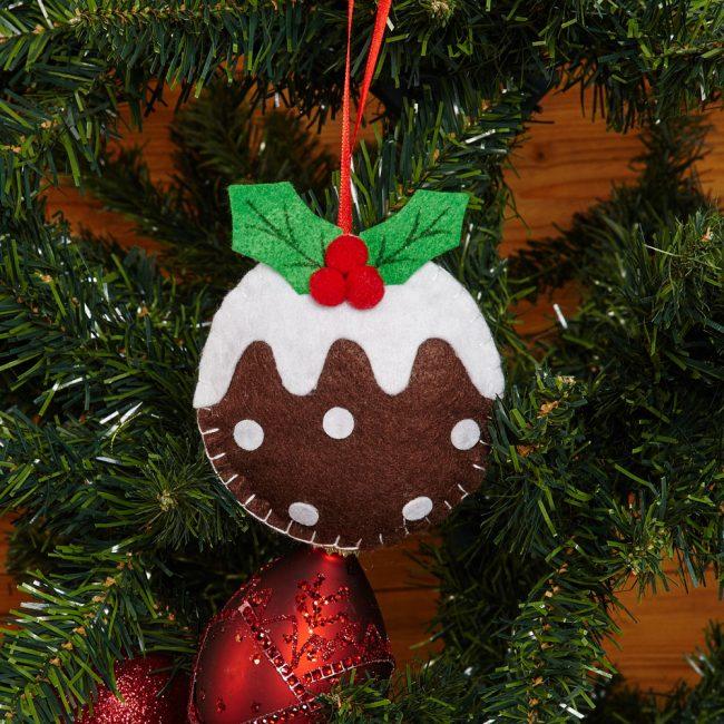 Новогодний Пудинг украшает елку