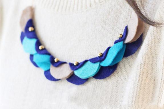 Гирлянда-ожерелье моментально сделает даже будничную одежду праздничной