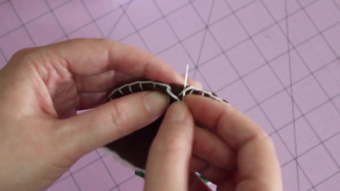 Сшейте переднюю и заднюю части пудинга вместе, используя белую