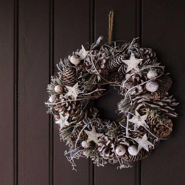 Рождественский венок из шишек для украшения двери